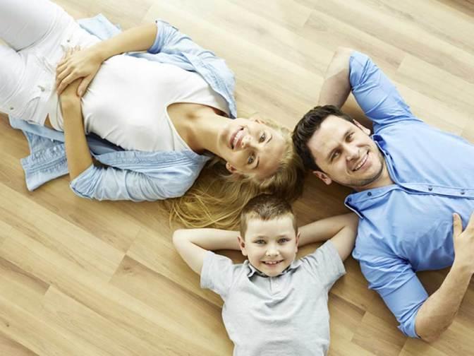 Suelo radiante con una familia que está tumbada. Son la madre, el padre y un hijo de unos 9 años.