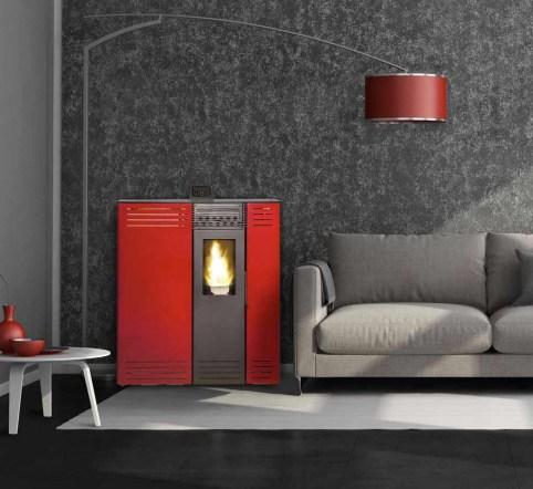 Estufa pellet GENESIS en color rojo burdeos en un salón decorado en tonos grises.