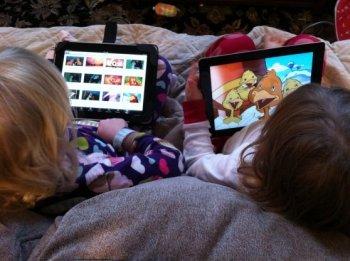 Due bambine alle prese con i loro tablet