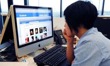 Una ragazza connessa su Facebook