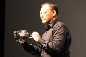 Peter Chou con un modello di HTC Vive