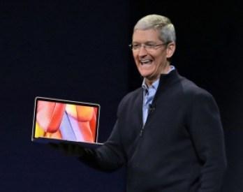 Tim Cook alla presentazione del nuovo MacBook