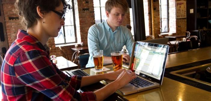 Due ragazzi indaffarati al bancone di un pub