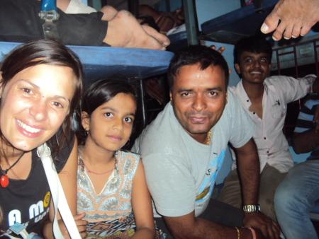 18h de train sans place assise, merci a cette famille qui a bien voulu nous laisser une petite place! Ils avaient reserve 4 couchettes pour 20 personnes...