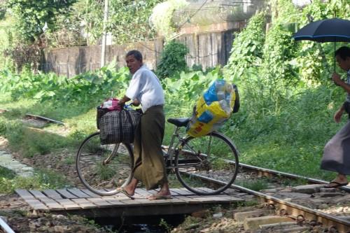 A Yangon, le velo est plus rapide que le train!