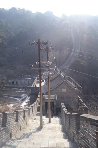 Renovation a l'identique: Si ! les poteaux eletriques il etait la au Vieme siecle, c'est le ministere de la culture chinoise qui l'a dit!