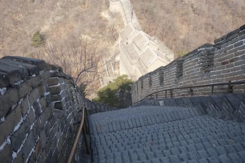 Dis, Tchang, on contournerait pas la montagne, la? Non Tintin, en Chine, on fait pas les choses a moitie: y'a une montagne? pas grave, moi, j'ai 10 millions d'ouvriers...