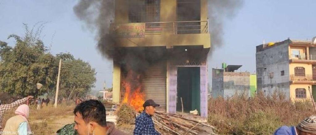 बालिका हत्या आरोपितको घरमा आगजनी