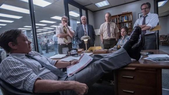 Ben Bradlee (Tom Hanks, at desk) rallies his crew for