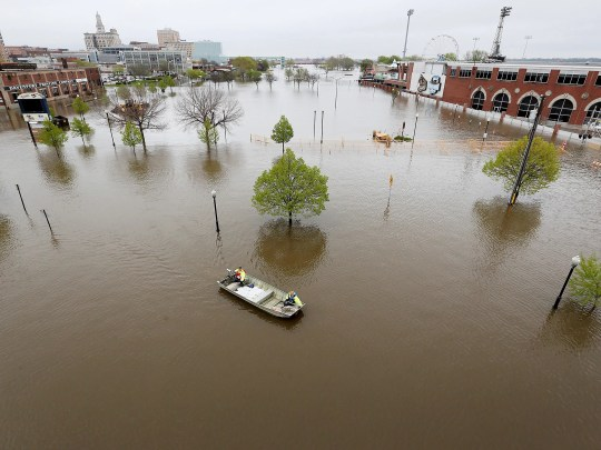 City of Davenport employees sail across Mississippi with sandbags
