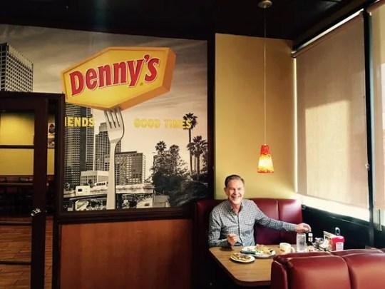 Una foto cargada por el CEO de Netflix a Facebook, disfrutando de una cena de bistec en Denny's.