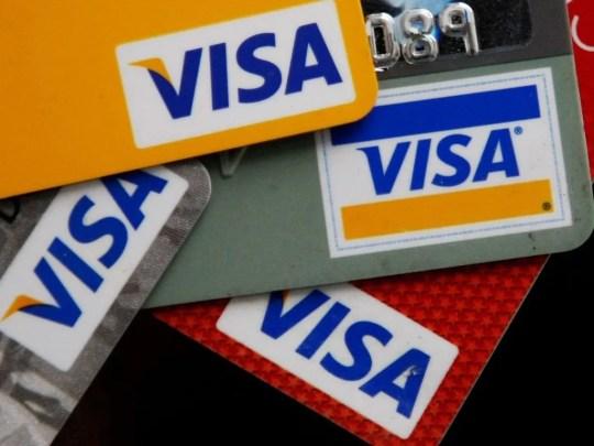 Un nuevo estudio sugiere que una persona promedio podría ingerir aproximadamente 5 gramos de plástico cada semana. Eso es el equivalente al valor de microplásticos de una tarjeta de crédito por semana.