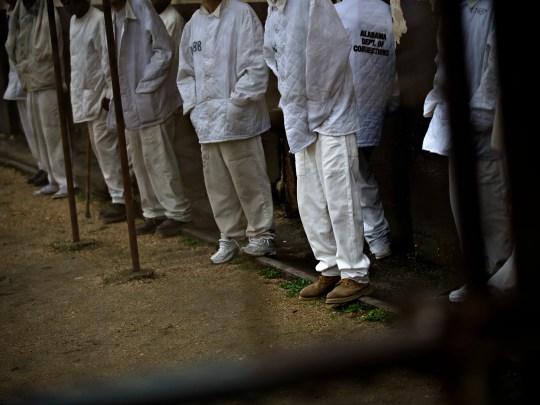 Les détenus se tiennent dans la zone extérieure à Draper Correction