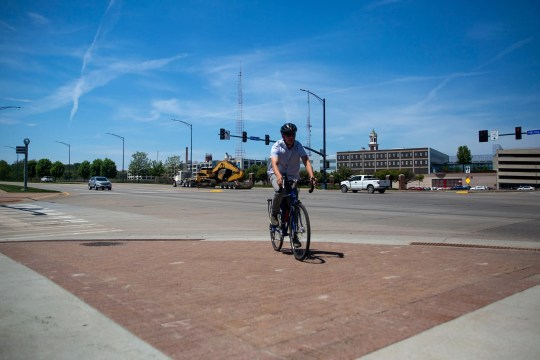 Jeremy Lewis, director of the Street Collective, shows that the cyclists of the Des Moines had redesigned all the crosses and crossroads after a series of bicycle accidents.