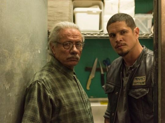 Edward James Olmos, à gauche, et JD Pardo jouent père et fils dans FX's