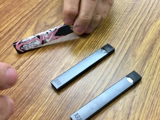 Die Juul E-Zigarette ist bei Teenagern beliebt. Es sieht ähnlich aus wie ein USB-Stick.