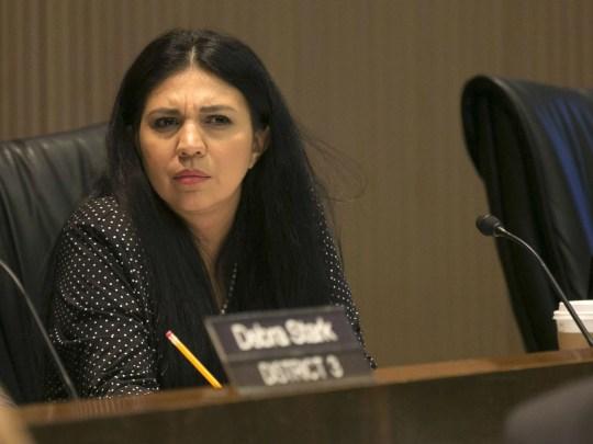 La conseillère municipale de Phoenix, Felicita Mendoza, écoute le 19 septembre 2018 lors d'une réunion du conseil municipal de Phoenix à la salle du conseil municipal de Phoenix.