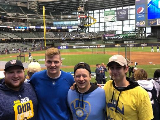 Mitchell Burtchart est le grand gars sur cette photo. Il a grandi en venant aux jeux Brewers. Il est au match d'ouverture de la NLCS le 12 octobre 2018 avec ses amis (de gauche à droite) Austin Vetta, Will Davis et Jake Heckel.