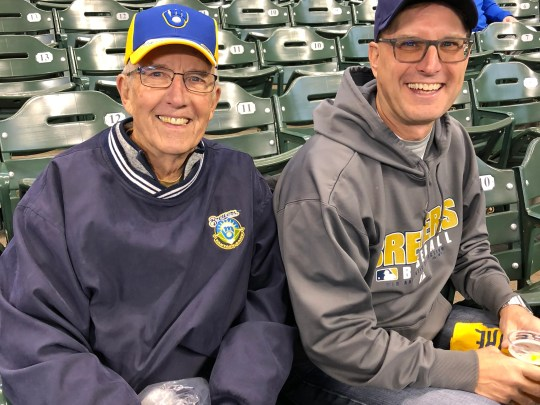 Don Kneiert (à gauche) célèbre son 80e anniversaire avec son fils Jeff Kneiert en regardant les Brewers affronter les Dodgers de Los Angeles lors du premier match de la NLCS le 12 octobre 2018.