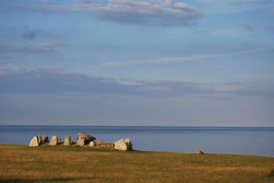 La tumba megalítica de Haväng en Suecia.
