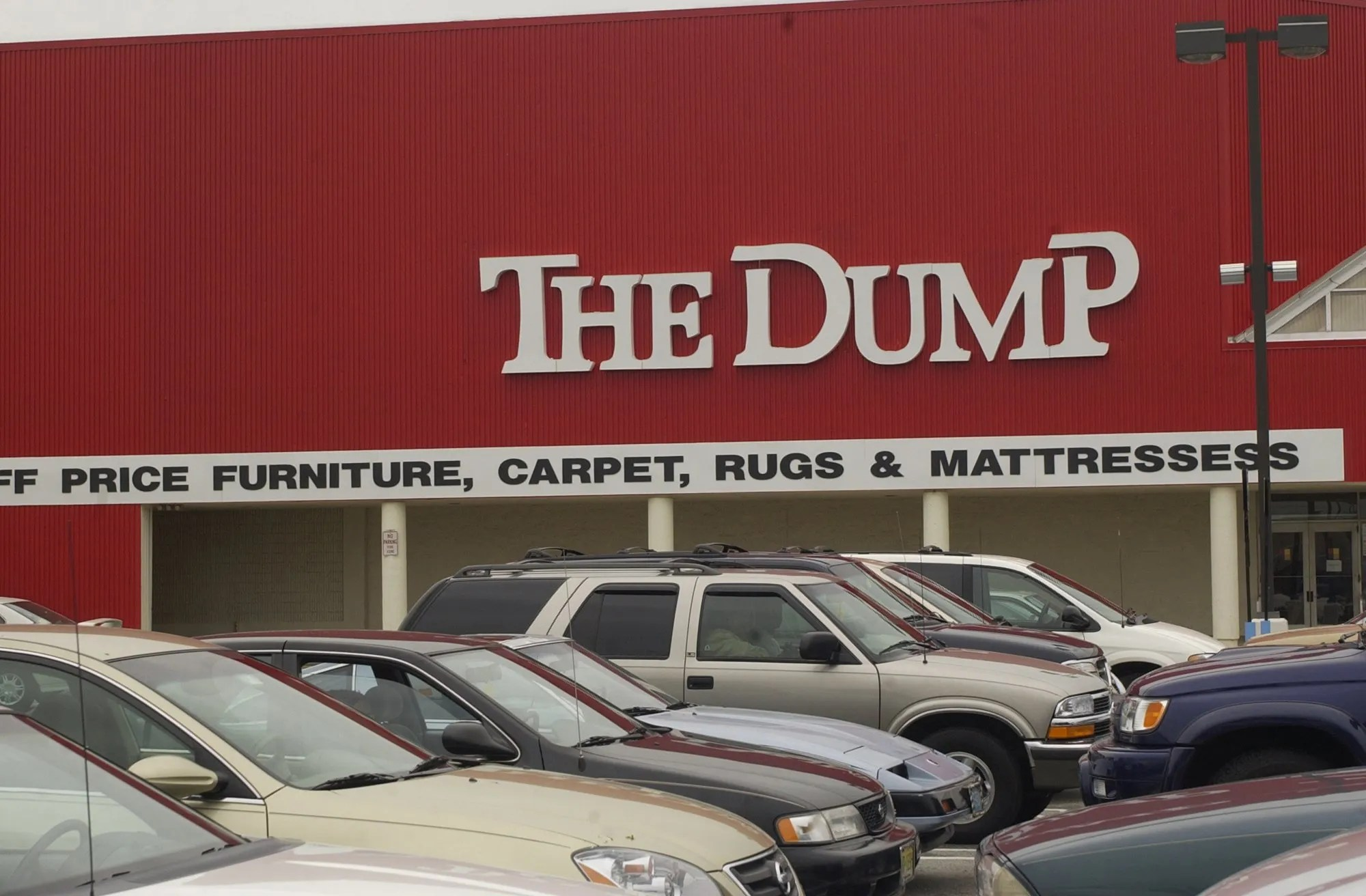 the dump a discount furniture chain