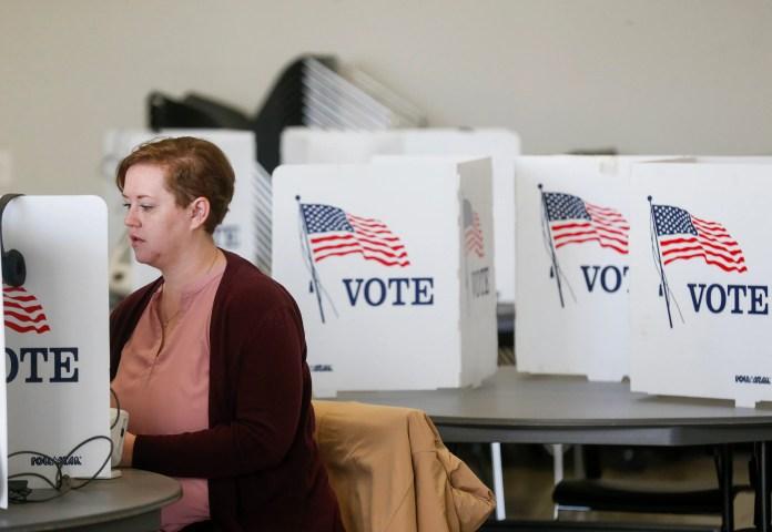 Во вторник, 2 апреля 2019 года, избиратель голосует в Центре приветствия Дэвиса-Харрингтона в Университете штата Миссури.