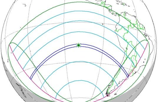 La franja azul que se extiende desde el Océano Pacífico Sur (izquierda) a América del Sur (derecha) muestra la trayectoria del eclipse solar total del 2 de julio de 2019. Las partes de Chile y Argentina (derecha) serán las únicas áreas terrestres principales donde eclipse será visible. Otras áreas (en verde y azul) verán diversos grados de un eclipse parcial de sol.