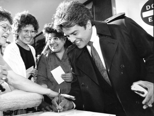 En 1991, Erik Estrada se tomó el tiempo de firmar autógrafos para los fanáticos en Phoenix durante el rodaje de
