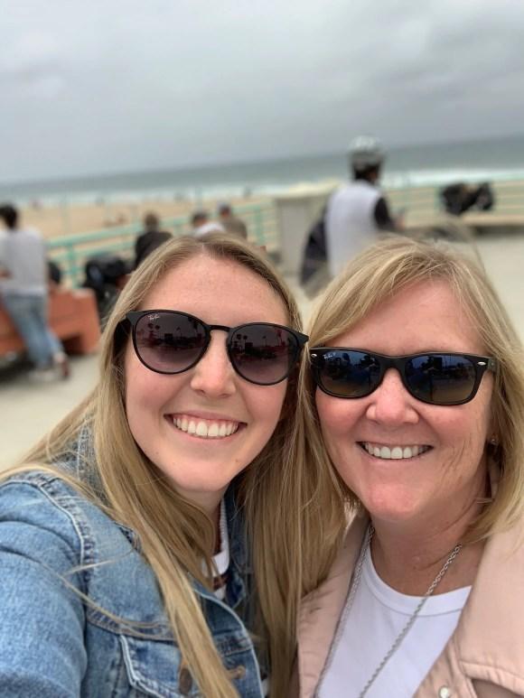 Camille y Ann Andersen posan para selfies en el muelle de Manhattan Beach