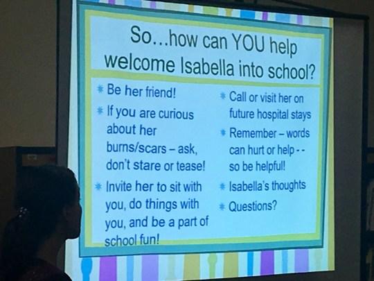 Lori Janik, directora de atención al cliente de la Fundación Arizona Burn, habló con los estudiantes sobre la mejor manera de darle la bienvenida a Isabella McCune a la escuela después de que se quemara en un incendio.