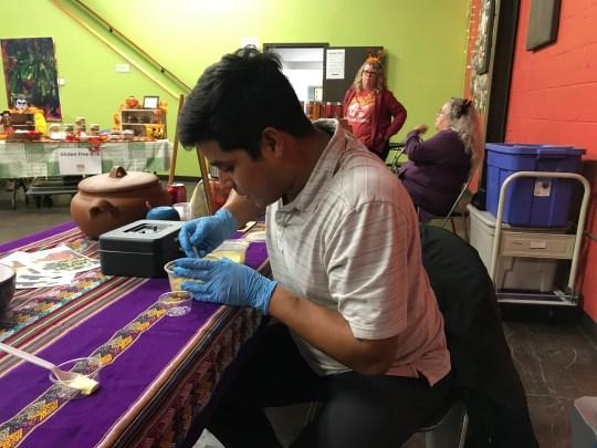 Jose Aste en su puesto de comida emergente peruano llamado Tantay en el Centro Vecinal de Allen el 30 de octubre de 2019.