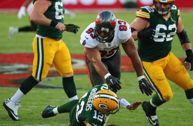 Tampa Bay Buccaneers rough up Aaron Rodgers, hand Packers first loss
