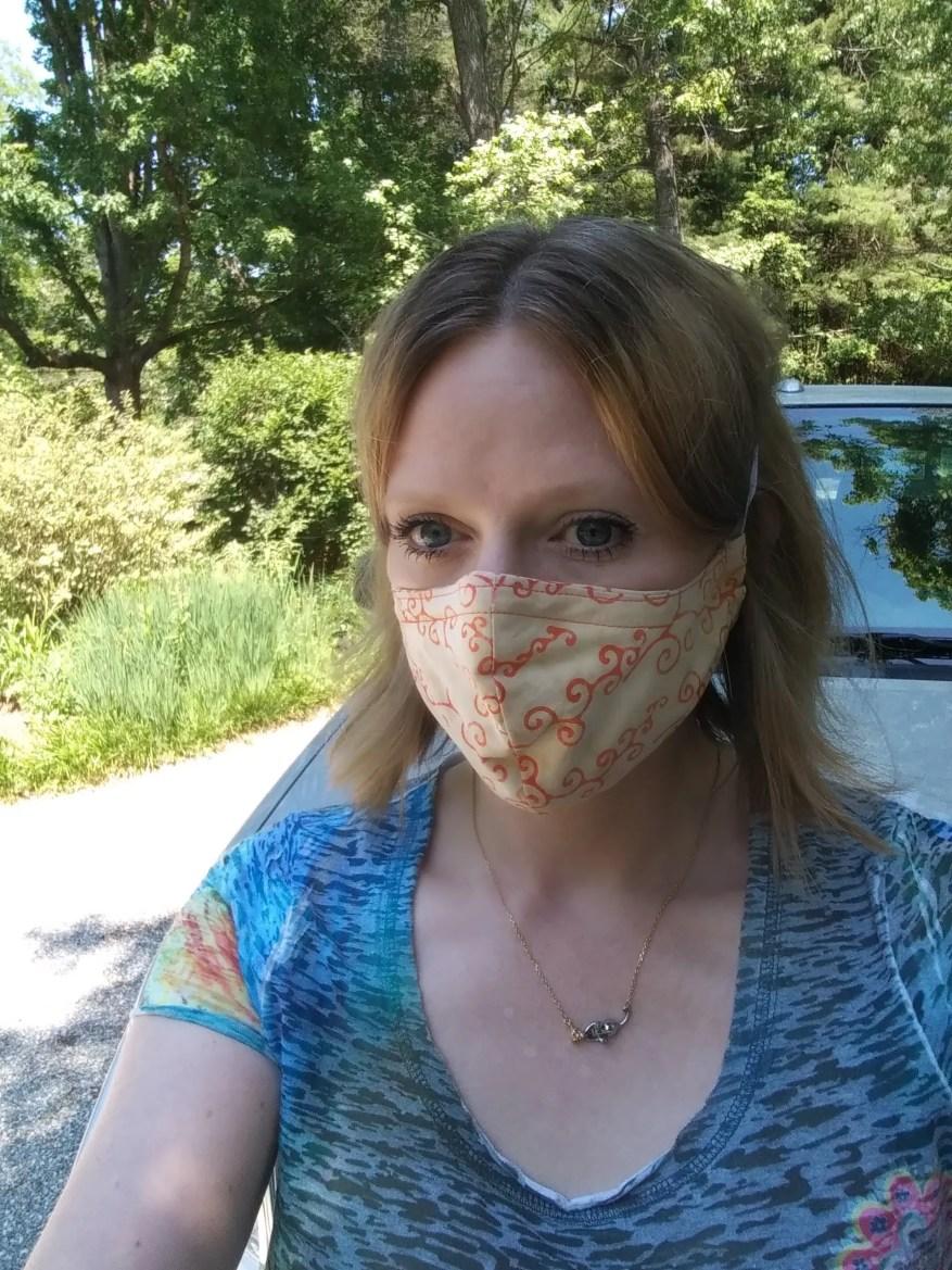 41-летняя Линдси Энн Сперджен позирует для снимка возле своего дома в Эшвилле, Северная Каролина, в июне 2020 года. Она беспокоится о празднике Благодарения, потому что ее личные встречи Анонимных алкоголиков были отменены из-за пандемии коронавируса.
