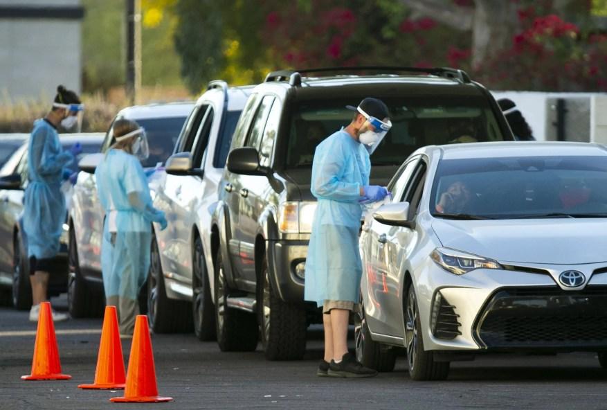 Las personas hacen fila en sus vehículos para hacerse la prueba de COVID-19 en un sitio de pruebas rápidas en Scottsdale el 19 de noviembre de 2020.