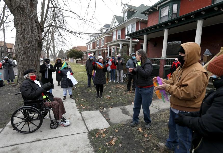 Wes Nethercott de Detroit salue et parle avec des voisins de la communauté Hubbard Farms à Detroit le jeudi 24 décembre 2020. Nethercott venait de rentrer à la maison et a été accueilli par plus de 30 amis et voisins après avoir été à l'hôpital Henry Ford pendant trois mois alors qu'il se battait une tumeur au cerveau.  Les gens lui ont chanté des chants de Noël, ainsi qu'à sa femme Shaun Nethercott, avant qu'il ne puisse visiter le sous-sol rénové qui lui a été aménagé pendant sa convalescence et sa rééducation.
