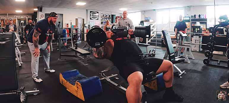 Video-Screenshot: Eddie Hall beim Versuch das Rekordgewicht von 110 Kilogramm zu meistern