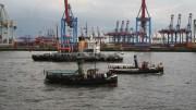 Maritime Parade auf der Elbe