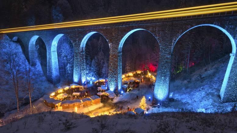 Weihnachtsmarkt in der Ravennaschlucht im Schnee bei Nacht