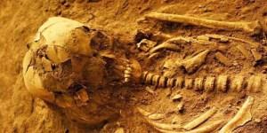 Fosil manusia berumur sekitar 3.000 tahun dengan panjang kerangka yang masih utuh sekitar 2 meter ini ditemukan di Gua Harimau Desa Padangbindu