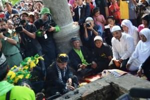 Salah seorang anggota pewaris keluarga tabut Bengkulu sedang melakukan ritual di makam Syekh Burhanuddin Imam Senggolo (didi yoyong)