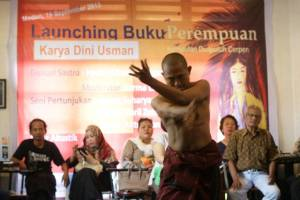 Pertunjukan saat peluncuran buku 'Perempuan Kumpulan Duapuluh Cerita Pendek' (ist)