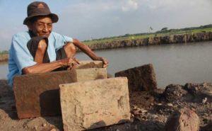 Foto: Salah satu benda kuno yang ditemukan warga penggali tanah di Desa Sudimoro, Kecamatan Megaluh, Kabupaten Jombang. (ist)