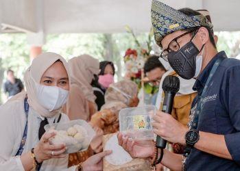 Sandiaga Uno, menikmati pempek khas Palembang