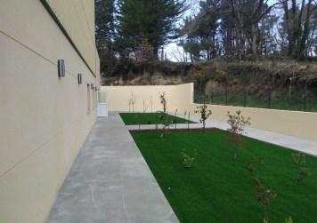 cemento pulido en zona ajardinada