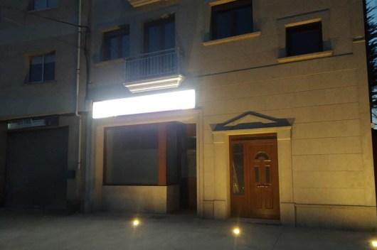 fachada con rótulo iluminado