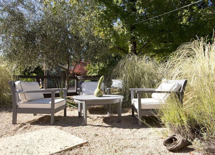 Low-Cost Luxe: 9 Pea Gravel Patio Ideas to Steal - Gardenista on Low Cost Backyard Patio Ideas id=26150