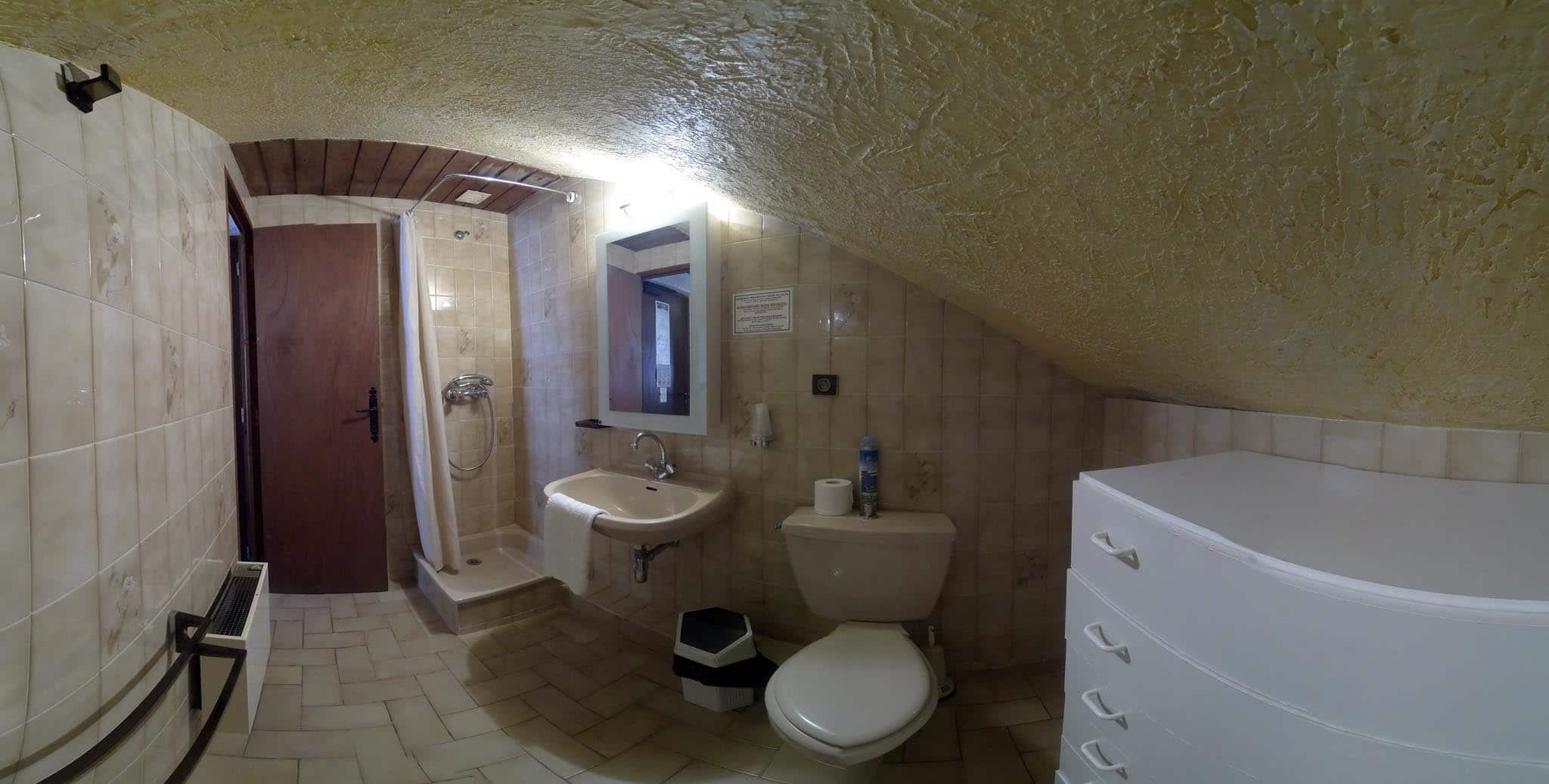 Chambre N°16, petite chambre mansardée, 2 lits simples, douche WC ...