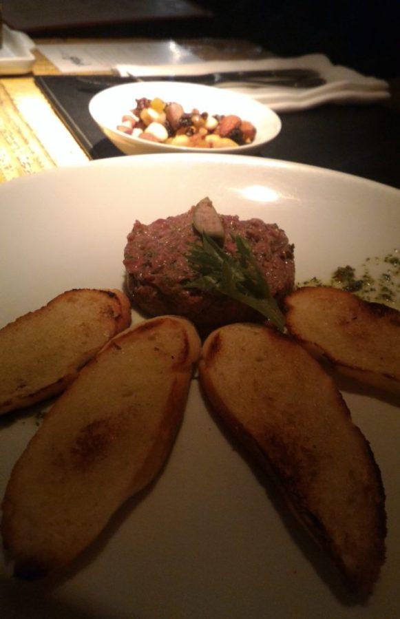 Steak Tartare com pão na chapa – delicioso e leve (R$29,00)