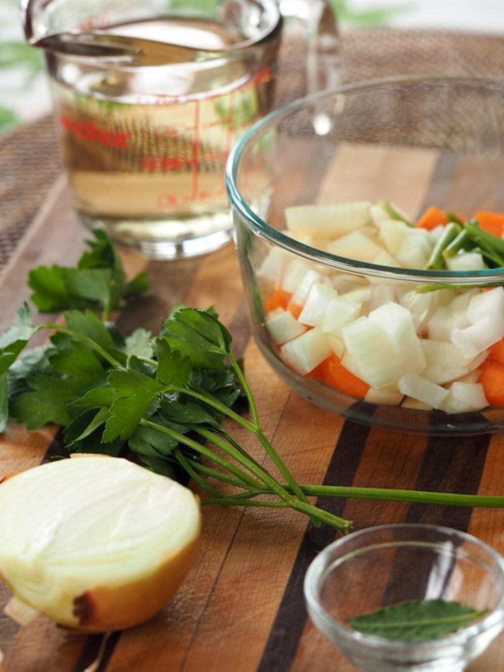 Przygotowania do kolacji, tu składniki na court bouillon