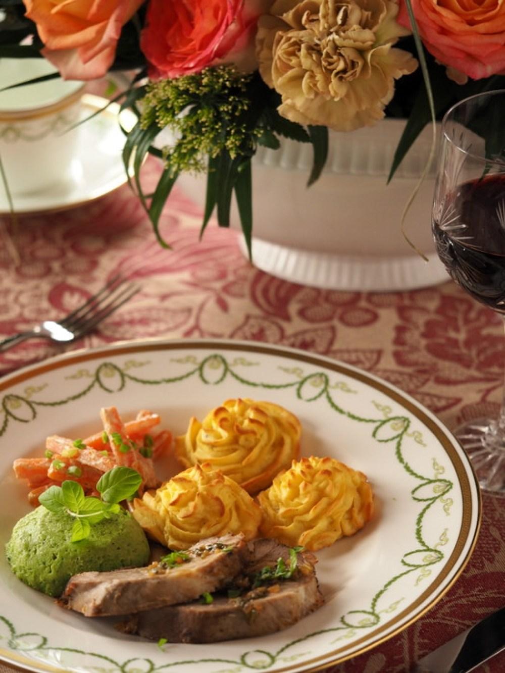 Jagnięcina w sosie miętowym, ziemniaczki duchesse, kremowana marchewka i mus z zielonego groszku